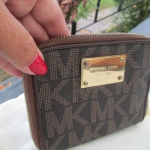 Micheal kors wallet  zip around